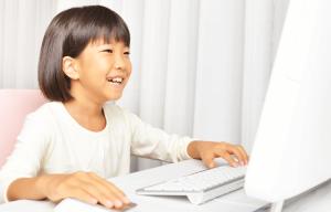 パソコンで算数学習する女の×の