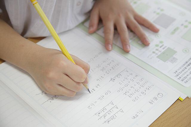 言葉での学習が荷替えな子は手や動きを使って解説する