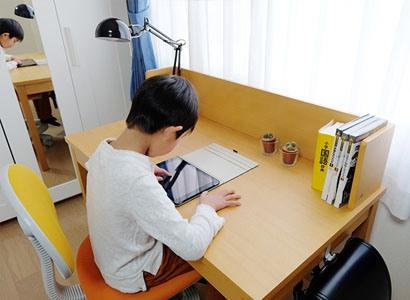 オンラインで算数を勉強するのを見守る母の視線