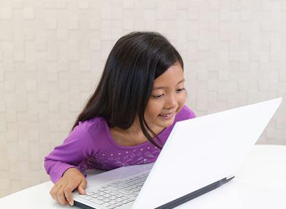 オンライン算数に集中する女の子