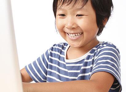 英語のの勉強をする小学生の男の子