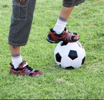 サッカーをする宮田君